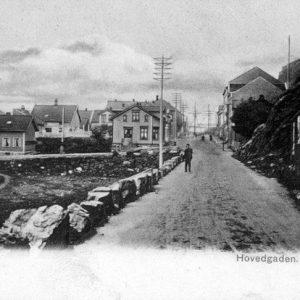 Tangen, Kragerø      (Her plasseres 182a.jpg)  Dette bildet viser området på Tangen rundt 1900. I det fjerne ser man mastene på seilskutene som lå i Kirkebukta. Tangen verft ble bygget ut, etter krigen, på området til venstre i bildet. Først lå det en karbidfabrikk her. Hele området ble sterkt forandret da Tangen verft ble anlagt. FOTO: GAMMELT POSTKORT TEKST: PER STIAN B. KJENDAL    *** Local Caption *** Tangen, Kragerø      (Her plasseres 182a.jpg)  Dette bildet viser området på Tangen rundt 1900. I det fjerne ser man mastene på seilskutene som lå i Kirkebukta. Tangen verft ble bygget ut, etter krigen, på området til venstre i bildet. Først lå det en karbidfabrikk her. Hele området ble sterkt forandret da Tangen verft ble anlagt. FOTO: GAMMELT POSTKORT TEKST: PER STIAN B. KJENDAL
