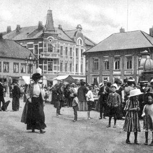 I den høye bygningen i midten tror jeg en annen slektning, Capt. Sam Svendsen hadde kolonialforretning.